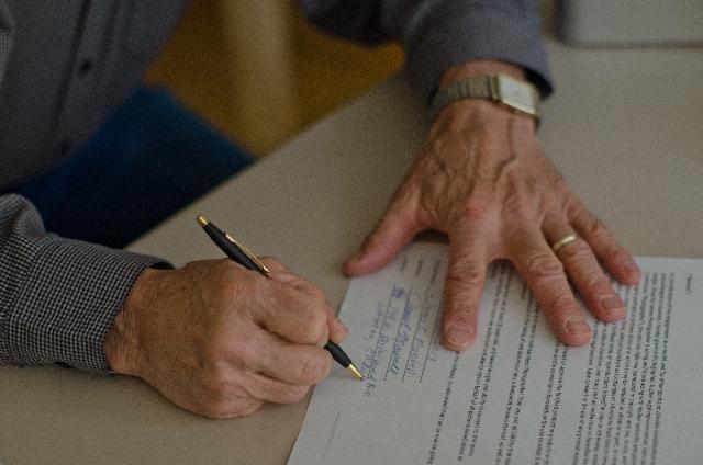 交通事故示談交渉・示談書サインさせられるイメージ